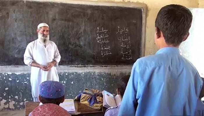 पाकिस्तान में 2000 से ज्यादा सरकारी टीचरों को 'चंद मिनटों' में कर दिया गया सस्पेंड