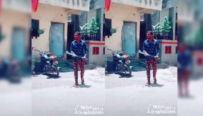 दहशत फैलाने के लिए धारदार हथियार के साथ TIK-TOK पर बनाया था VIDEO, पुलिस ने किया अरेस्ट