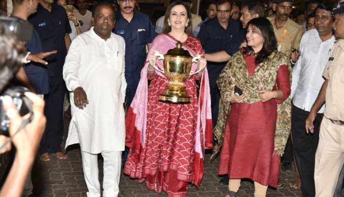 VIDEO: नीता अंबानी ने सिद्धि विनायक मंदिर में की विशेष पूजा, अपने साथ ले गईं IPL ट्रॉफी