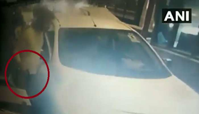 VIDEO: गुरुग्राम में टोल प्लाजा पर शख्स ने लहराई पिस्तौल, बिना टोल टैक्स दिए भागा
