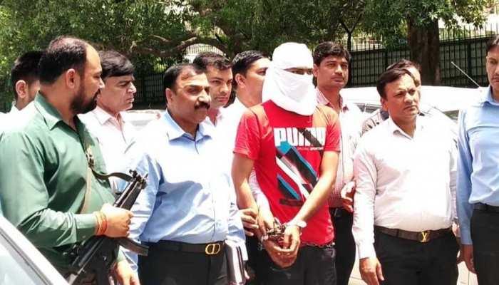 दिल्ली पुलिस की गिरफ्त में कुख्यात बदमाश, अब तक कर चुका है 11 हत्याएं