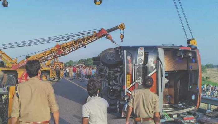 लखनऊ-आगरा एक्सप्रेस-वे पर ट्रॉली से टकराकर बस पलटी, 5 लोगों की दर्दनाक मौत