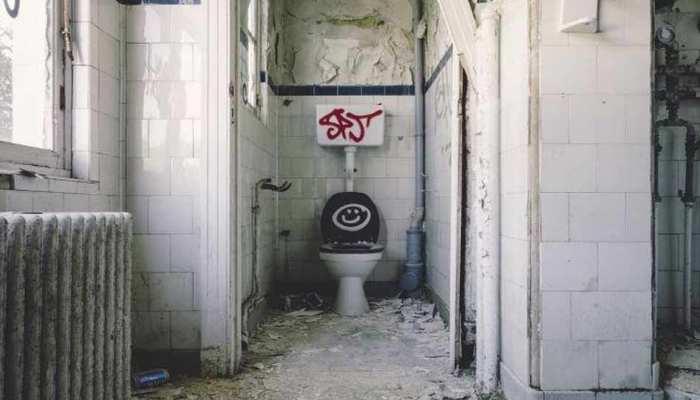 चक्रवात फोनी ने तबाह कर दिया था घर, अब शौचालय में रहने को मजबूर हुआ परिवार