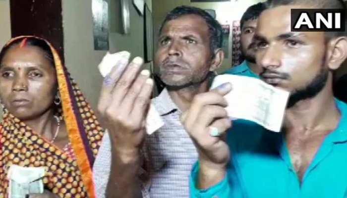 UP: वोटिंग से एक दिन पहले जबरन लगाई स्याही, दिए 500 रुपए और कहा, 'किसी को बताना मत'