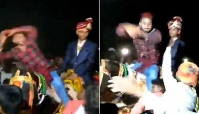 Video: घोड़ी पर चढ़कर शख्स ने किया नागिन डांस, दूल्हे ने मुंह में दबाया नोट और फिर...