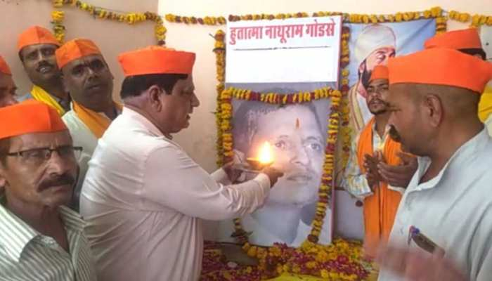 MP: ग्वालियर में हिंदू महासभा ने मनाया नाथूराम गोडसे का जन्मदिन, मचा बवाल