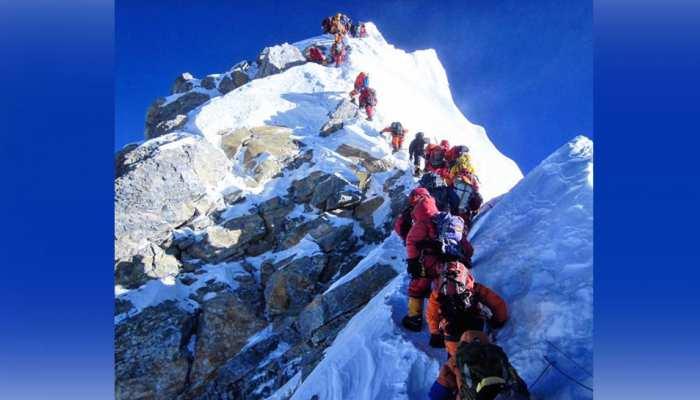 माउंट एवरेस्ट पर ट्रैफिक जाम जैसे हालात, 200 से अधिक पर्वतारोहियों का हुआ जमावड़ा