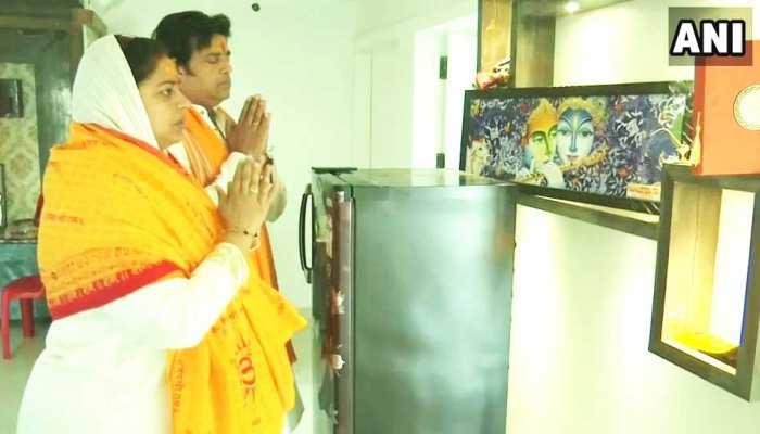 Gorakhpur: BJP candidate Ravi Kishan seen worshiping Lord Krishna