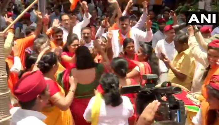 maharashtra Lok sabha election results 2019 LIVE: BJP-शिवसेना गठबंधन आगे, जश्न शुरू