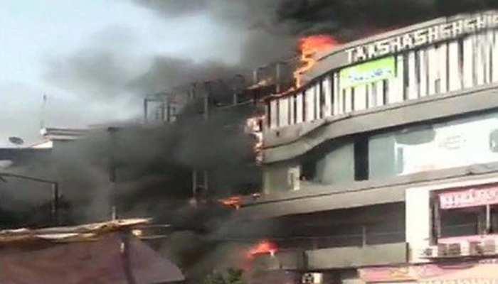 VIDEO: सूरत के कोचिंग सेंटर में लगी आग, जान बचाने के लिए इमारत से कूदे छात्र, 17 की मौत