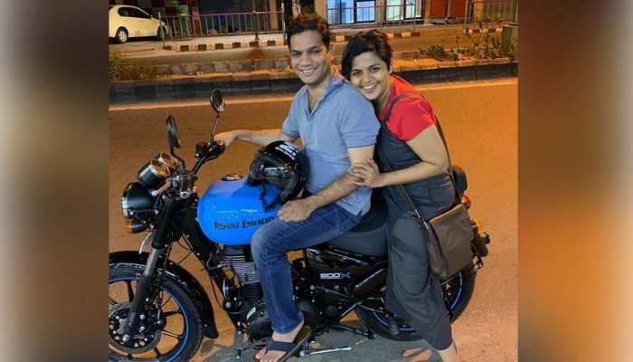 लोकसभा चुनाव जीतने के बाद रात को बाइक पर बीवी के साथ घूमने निकले सांसद महोदय