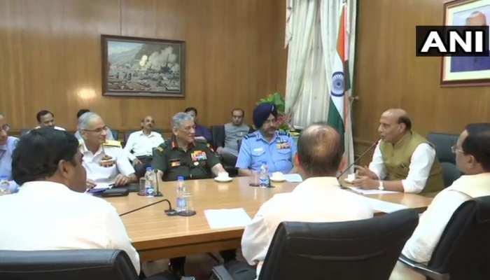 राजनाथ सिंह ने रक्षा मंत्री का पदभार संभाला, तीनों सेना प्रमुखों संग की बैठक