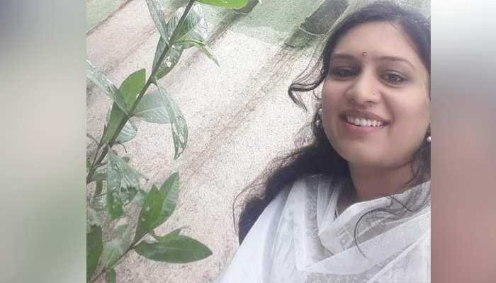 महिला IAS ने कहा-नोट से हटाई जाए गांधी की फोटो, गोडसे को बोला-थैंक यू, मचा बवाल तो हटाया ट्वीट