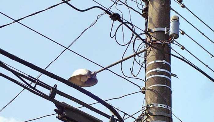 उत्तराखंड के उधम सिंह नगर में जानलेवा बन रहे बिजली के जर्जर खंभे, विभाग सुस्त