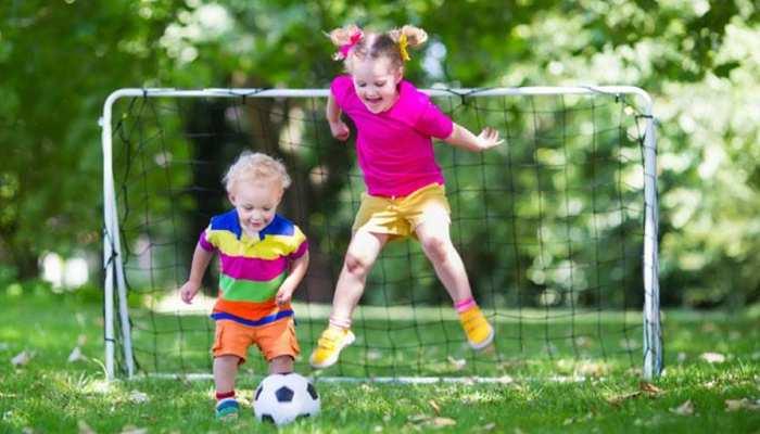 बच्चों के शारीरिक और मानसिक विकास के लिए बाहर निकलकर खेलना है बेहद जरूरी, होता है यह फायदा