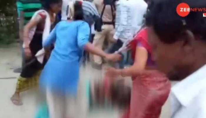 VIDEO: पुलिसवालों के सामने लोगों ने मां-बेटे को पीट-पीटकर मार डाला, जानें क्या है मामला