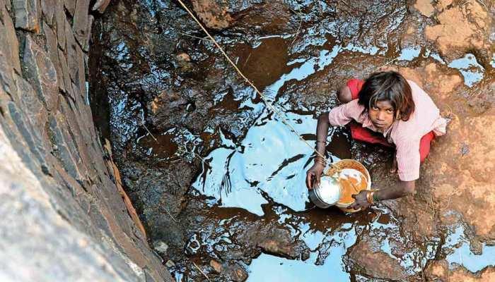 आगर-मालवा में शो-पीस बने हैंडपंप और कुएं, एक ही गड्ढे का पानी पी रहे जानवर और ग्रामीण