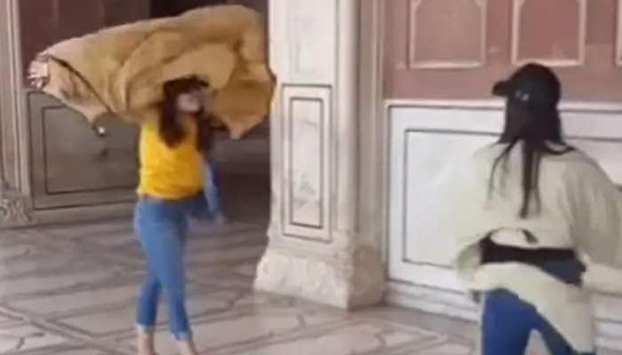 दो विदेशी लड़कियों के कारण जामा मस्जिद में हुआ कुछ ऐसा, जिसकी चर्चा हर जगह हो रही है