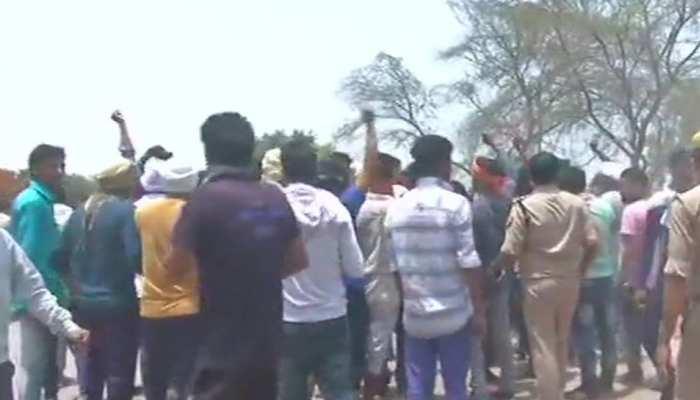 अलीगढ़ मामलाः आगरा जेल के बाहर प्रदर्शन, लोगों ने कहा-'इस जेल में शिफ्ट ना हो अपराधी'