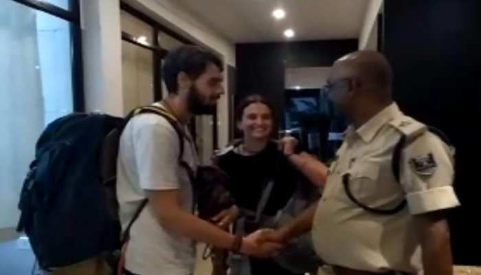 फारबिसगंज में इजराइल पर्यटकों की खराब हुई गाड़ी, पुलिस ने पहुंचाया...