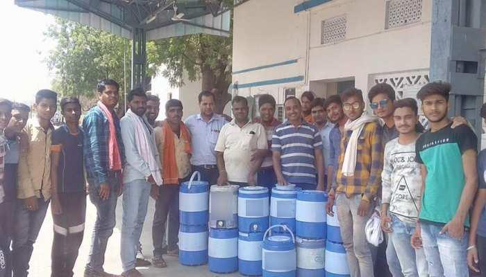 भीषण गर्मी में जल सेवा कर रहे हैं गिरिराज भक्त मंडल के सदस्य, ट्रेन में जाकर यात्रियों को पिलाते हैं पानी