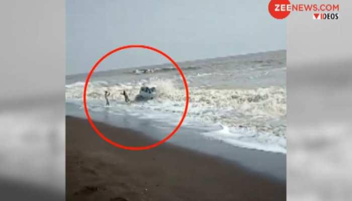 VIDEO: जब समुद्र की लहरों में लहराने लगी कार, देखें कैसे ट्रैक्टर से खींचकर निकाली गई बाहर