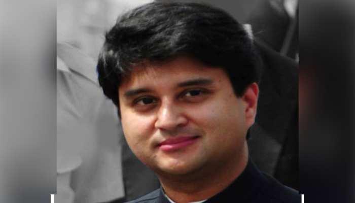 सिंधिया के समर्थक ने सीने पर गुदवाई उनकी तस्वीर, बोला- मैं उनका सबसे बड़ा प्रशंसक हूं