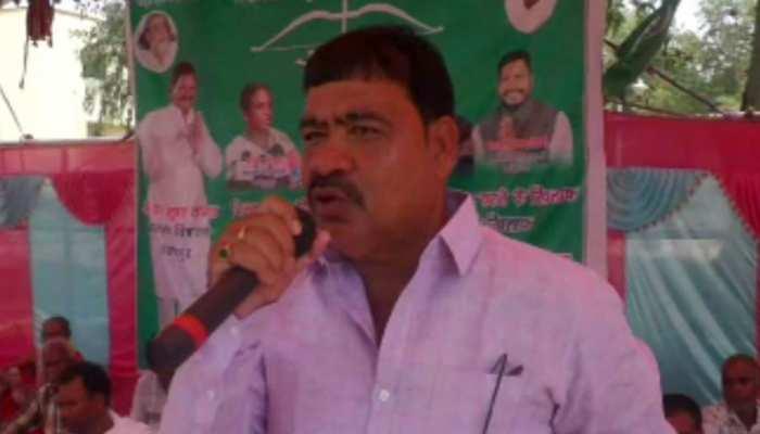 चक्रधरपुर: ट्रेनों की देर से चलने के विरोध में जेएमएम के विधायकों ने दिया धरना