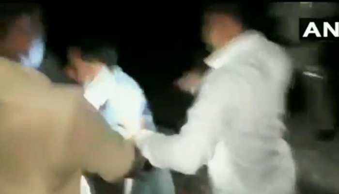 शामली: पुलिस ने की पत्रकार की पिटाई, DGP ने किया SHO-कॉन्स्टेबल को सस्पेंड, देखें VIDEO