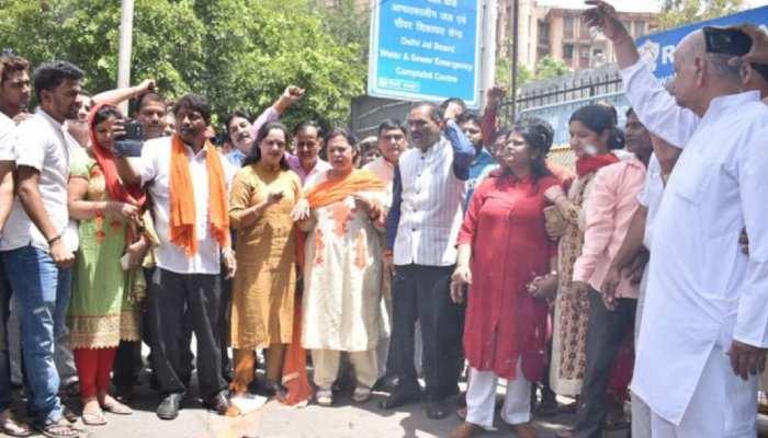 दिल्ली: पानी की सप्लाई पर होने पर BJP ने किया जल बोर्ड का घेराव, पुलिस ने सीईओ को बाहर निकाला