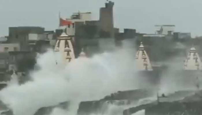 VIDEO: गुजरात की ओर मुड़ा चक्रवात 'वायु', पोरबंदर में चौपाटी बीच पर उठीं ऊंची लहरें