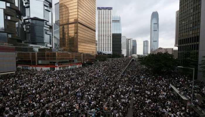 हांगकांग में प्रदर्शनकारियों ने संसद में घुसने की कोशिश की, पुलिस ने किया आंसू गैस का इस्तेमाल