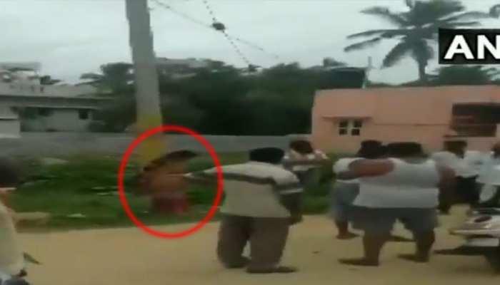 VIDEO: महिला नहीं चुका पाई 50,000 की उधारी, तो पहले खंभे से बांधा और फिर...