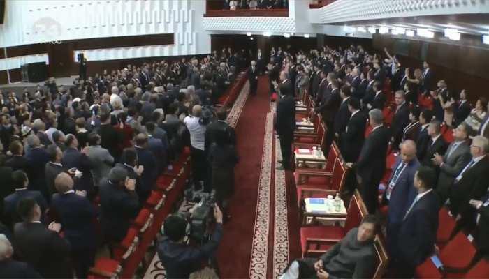 VIDEO: शिष्टाचार में ZERO इमरान खान, राष्ट्राध्यक्षों के स्वागत में खड़े थे सभी, लेकिन वे बैठे रहे और...