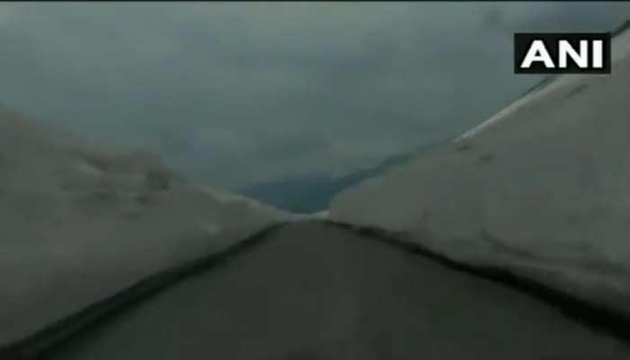 Video: पर्यटकों के लिए खुला मनाली-लेह हाईवे, सड़क के दोनों तरफ खड़ी हैं बर्फ की ऊंची-ऊंची दीवारें
