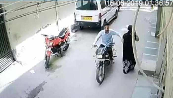 VIDEO: महिला का पर्स छीनकर भागता चोर CCTV में हुआ कैद, पुलिस ने जाल बिछाकर पकड़ा