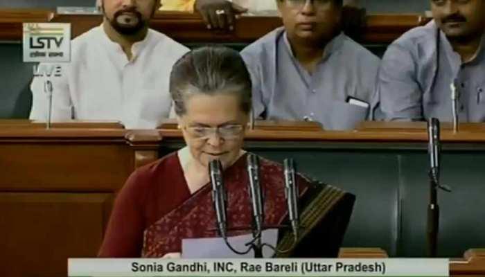 लोकसभा में BJP सांसदों के शोर के बीच सोनिया गांधी ने ली शपथ, राहुल ने बनाया वीडियो
