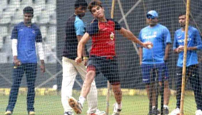 VIDEO: सचिन तेंदुलकर के बेटे अर्जुन की जादुई गेंद, खड़े रह गए बल्लेबाज और बिखर गईं बेल्स