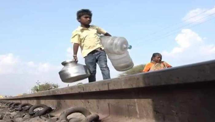 महाराष्ट्र: 8 साल का सिद्धार्थ दो डिब्बे पानी लाने के लिए करता है ट्रेन से यात्रा