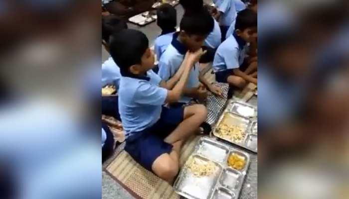 इस बच्चे ने अपने दोस्त के लिए किया कुछ ऐसा, VIDEO देख कर जीत लेगा आपका दिल