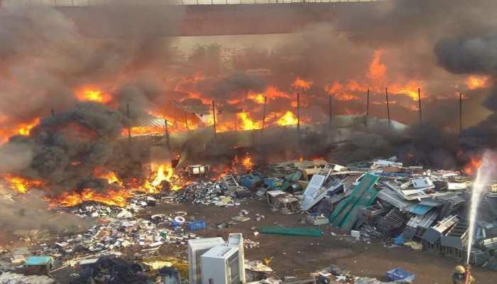 दिल्ली: कालिंदी कुंज मेट्रो स्टेशन के पास फर्नीचर मार्केट में लगी आग, मौके पर पहुंची दमकल की गाड़ियां