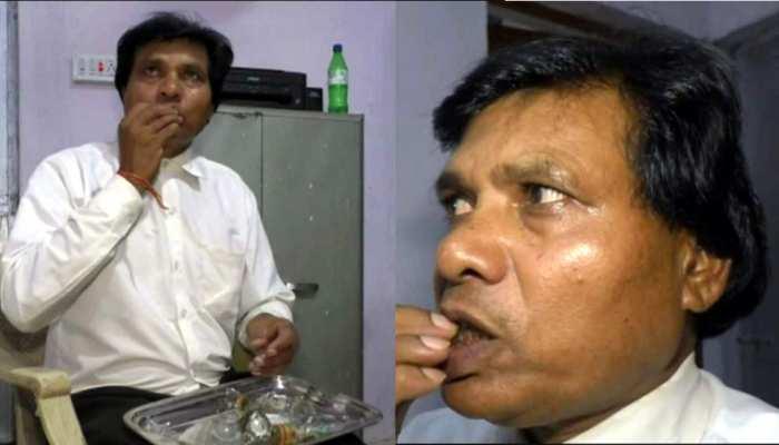 OMG: शीशा खाना है इनका शौक, देखते ही देखते चबाकर निगल जाते हैं किलो भर कांच