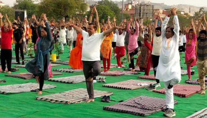 जयपुर: अंतराष्ट्रीय योग दिवस पर सामूहिक योगाभ्यास कार्यक्रम, BJP नेताओं ने लिया भाग