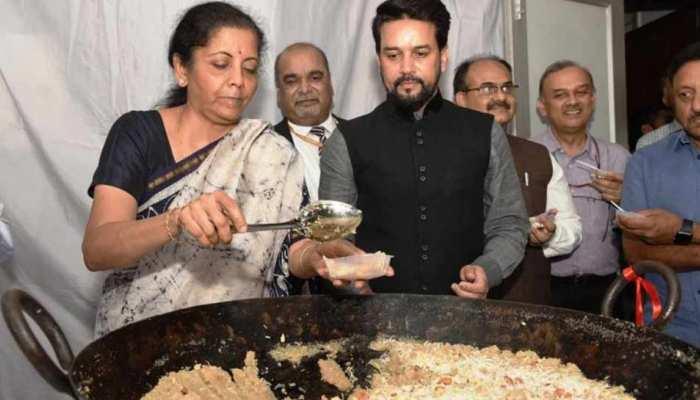 हलवा सेरेमनी के साथ बजट की तैयारी शुरू, वित्त मंत्री ने कर्मचारियों का मुंह मीठा कराया