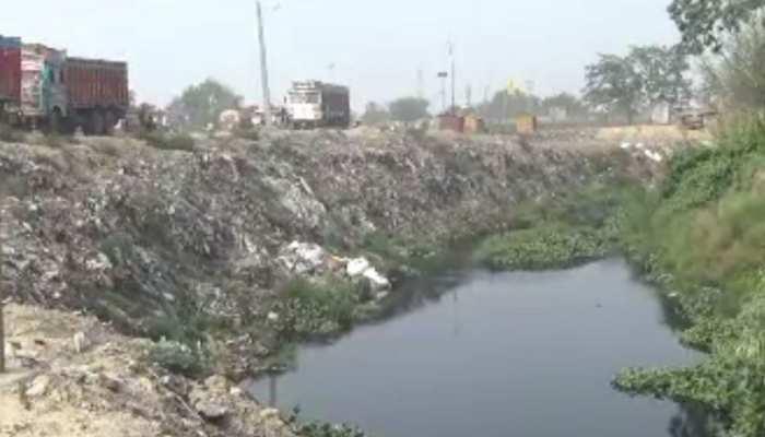 बिहार: भारत की जमीन पर हर दिन 50 ट्रक कचड़ा गिरा रहा नेपाल, बता रहा अपनी जमीन