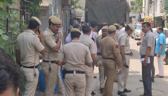 दिल्ली में बुजुर्ग दंपती और नौकरानी की गला रेतकर हत्या