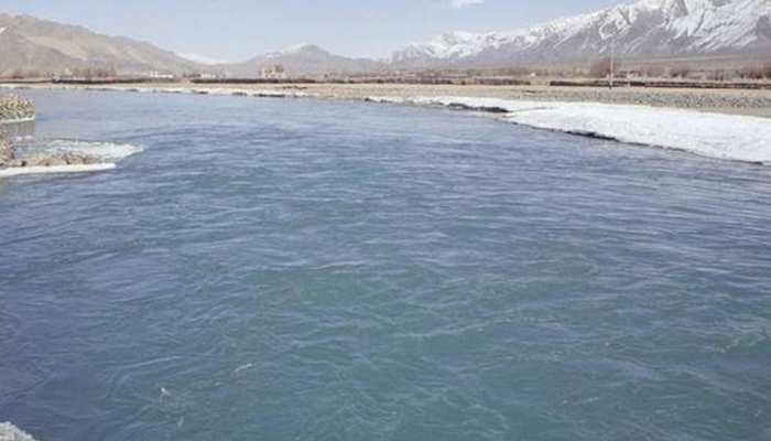 पाकिस्तान के सिंधु नदी में वाहन गिरने से हुआ भीषण हादसा, 14 लोग डूबे