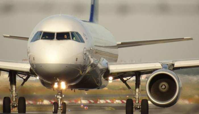 एयरलाइन की गलती से विमान लैंडिंग के बाद भी सोती रही महिला, जानें कैसे बाहर आई बंद फ्लाइट से