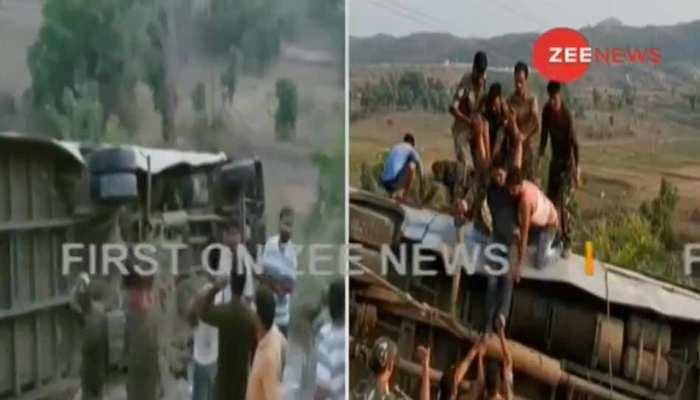 VIDEO: झारखंड के गढ़वा में खाई में गिरी बस, अब तक 6 की मौत, 39 घायल
