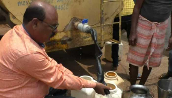 MP: जलसंकट के बीच जनता के लिए मसीहा बने 'पानी वाले भाईजान', घर-घर जाकर लोगों को बांट रहे हैं पानी